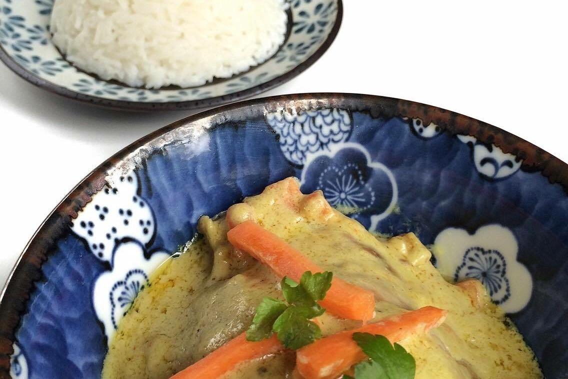 Ricetta pollo con red curry latte di cocco e zenzero for Cucinare zenzero